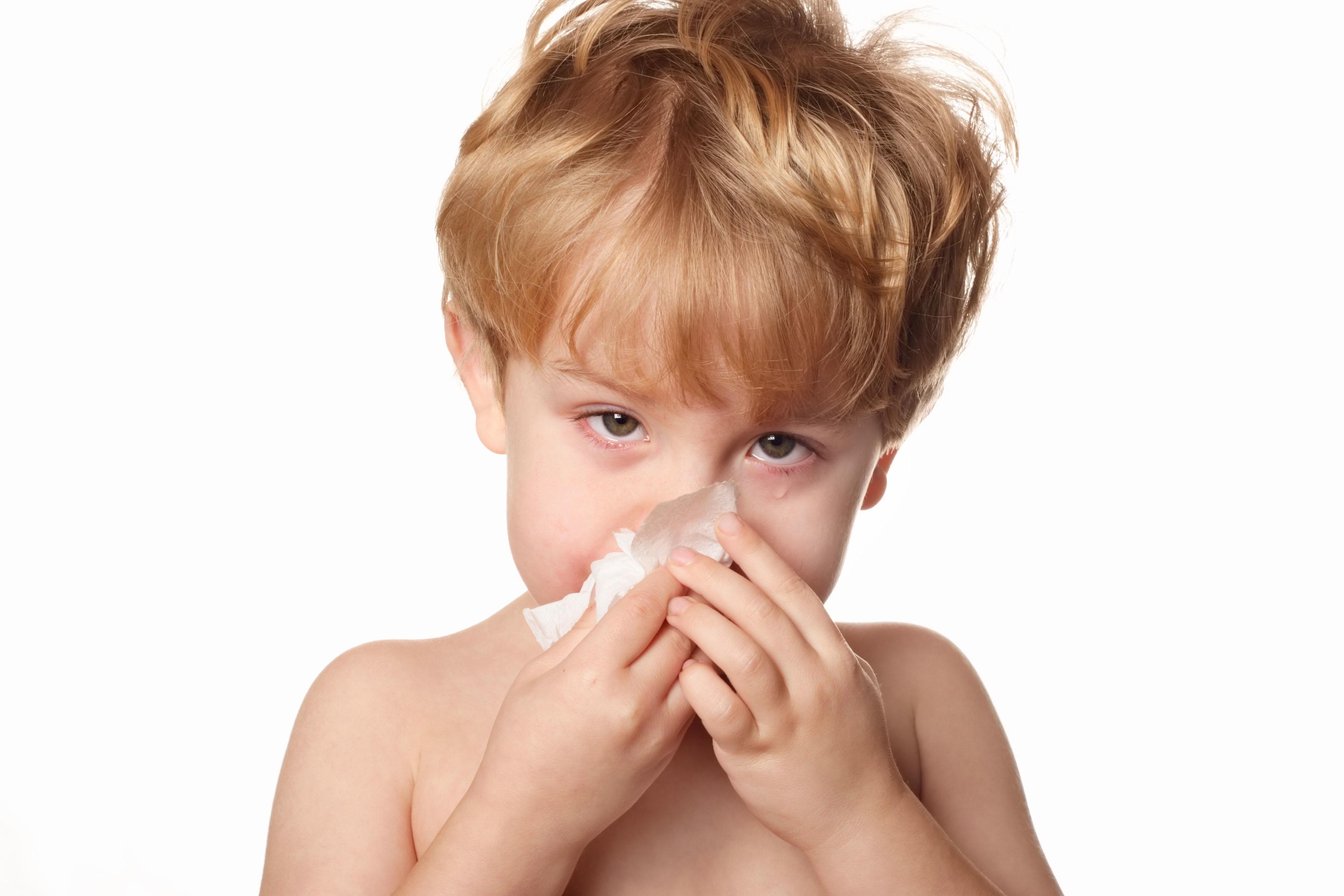 anak kecil tutup hidung