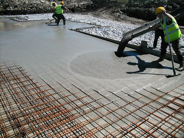 menuang cor beton